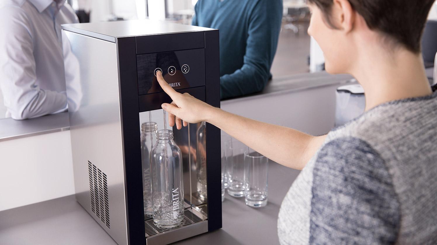 Flaschenbefüllung am Wasserspender