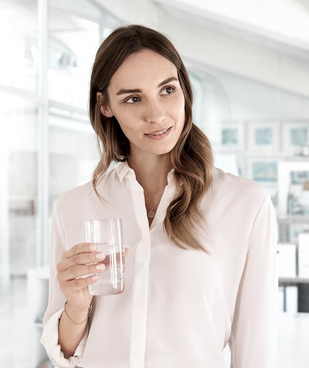 BRITA visione donna bicchiere acqua