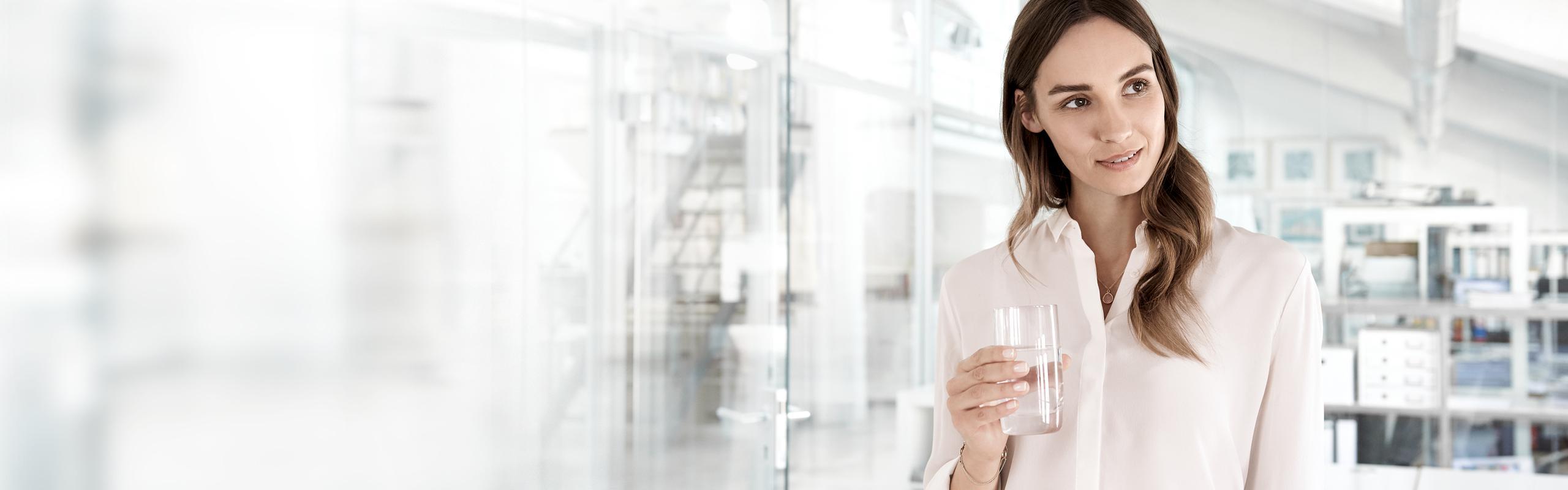 BRITA visión mujer vaso de agua