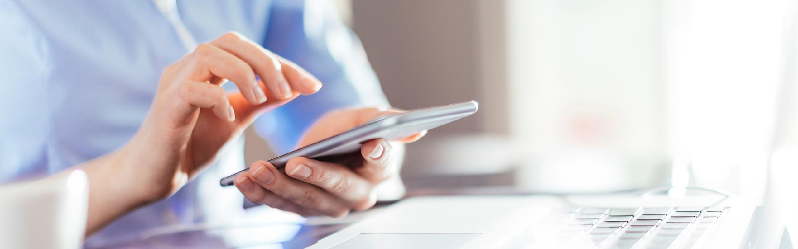 BRITA Karriere Hand mit Smartphone und Notebook