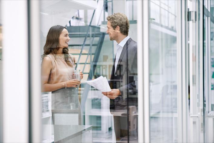 BRITA Nachhaltigkeit Paar plaudert im Büro