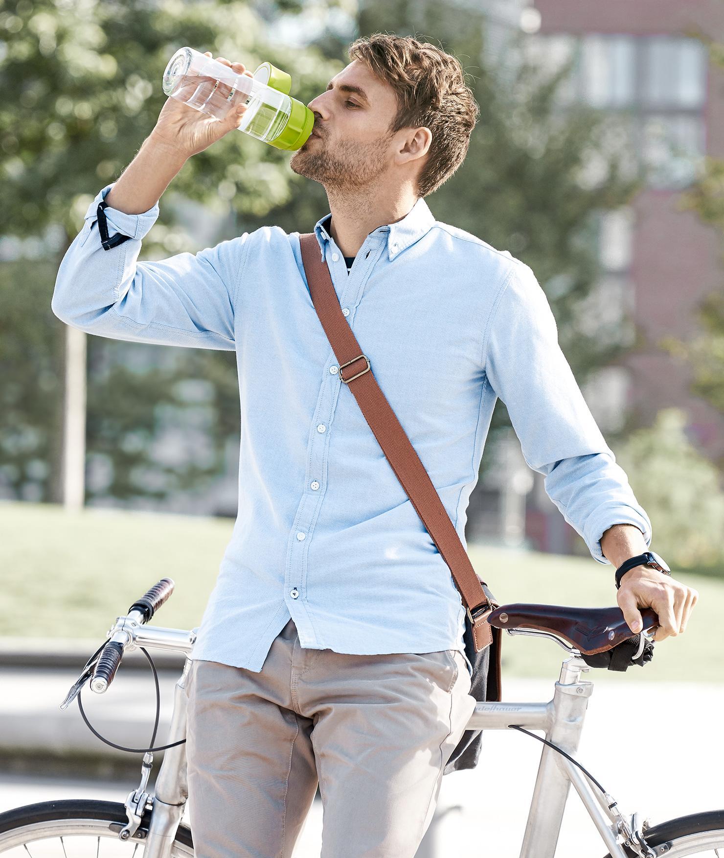 BRITA gesündere Umwelt Mann Fahrrad trinkt Wasser