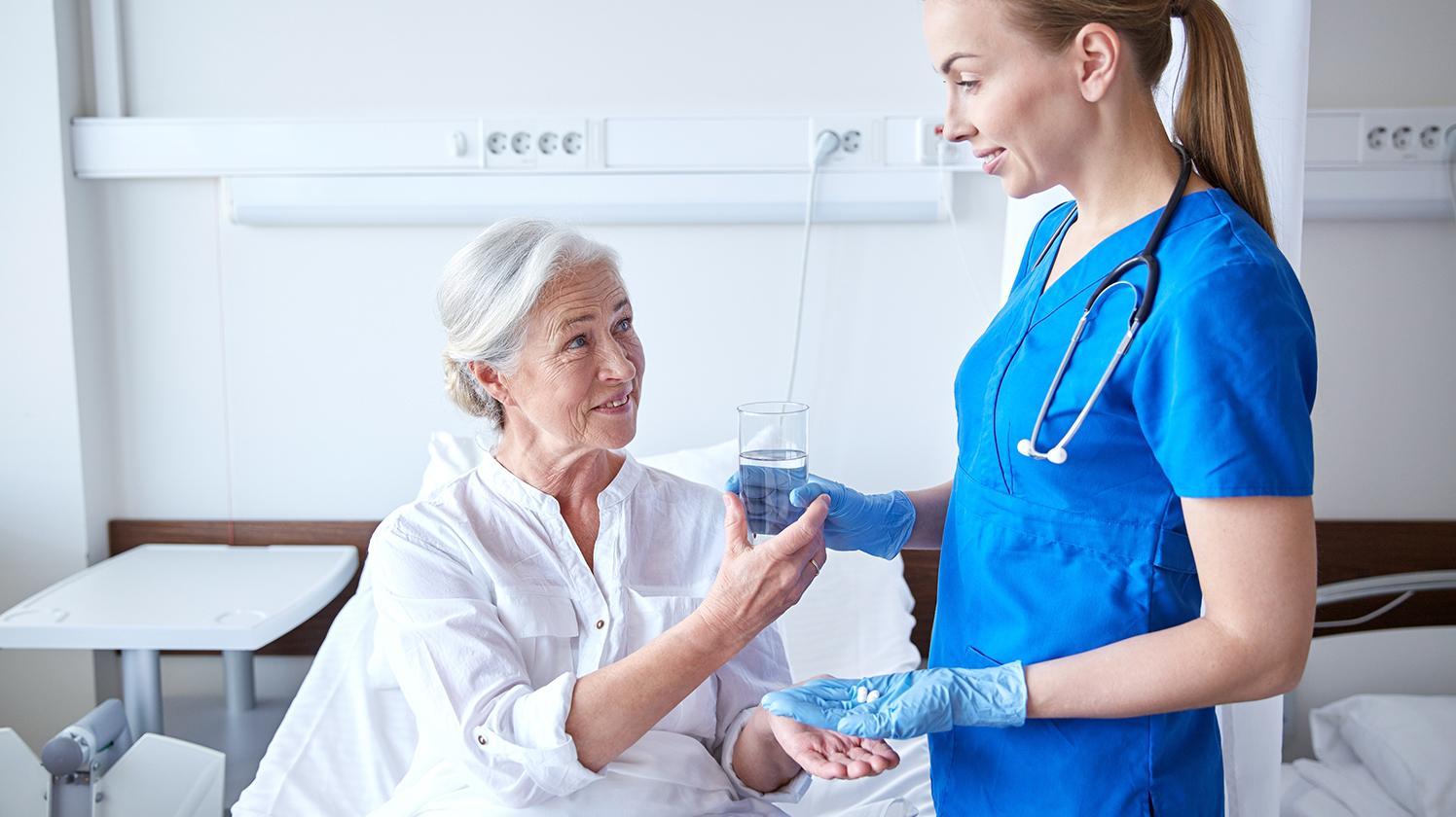 Wasserspender Krankenhaus Gesundheit ältere Dame