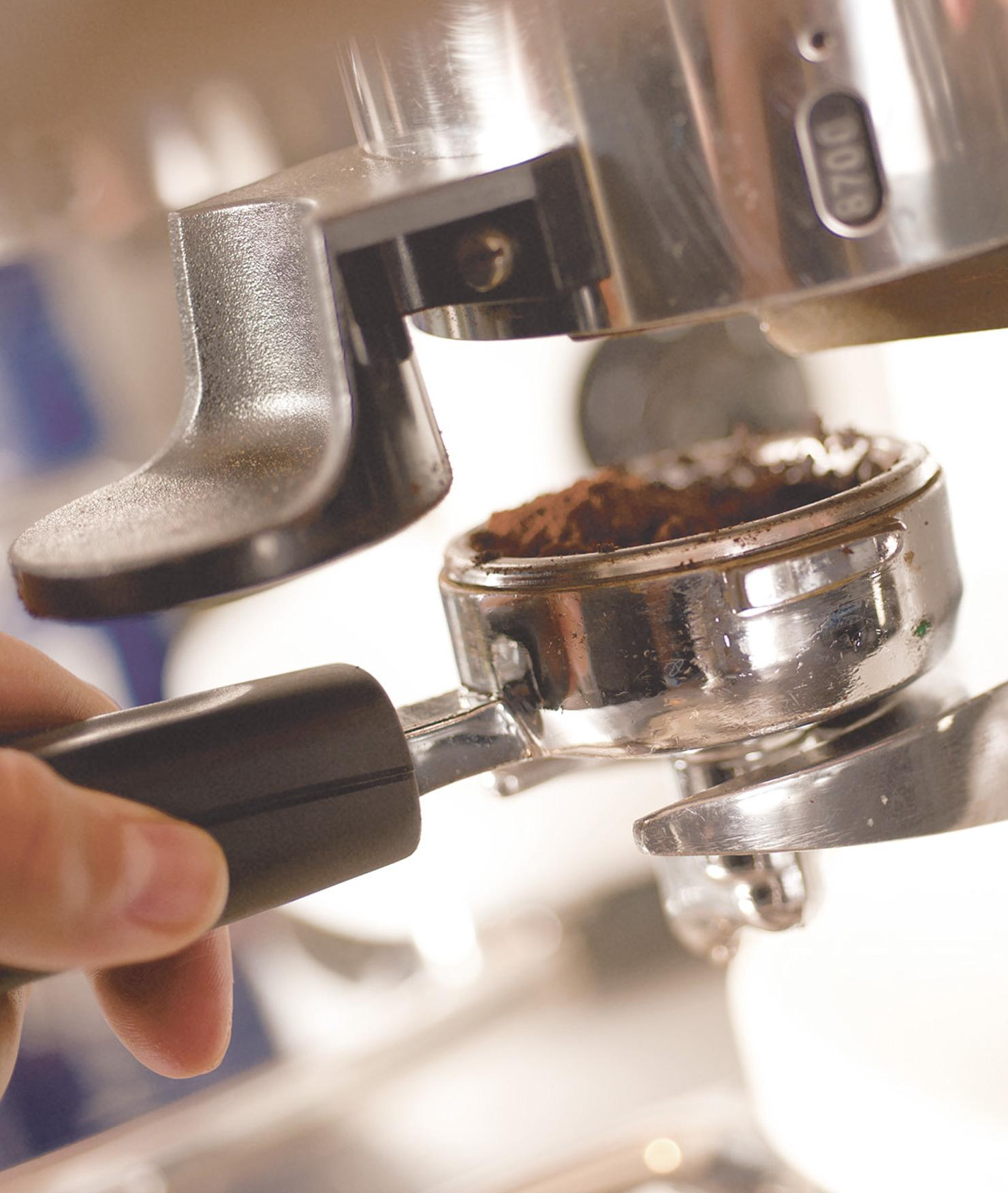 Filtro BRITA PURITY Quell ST haciendo café detalle