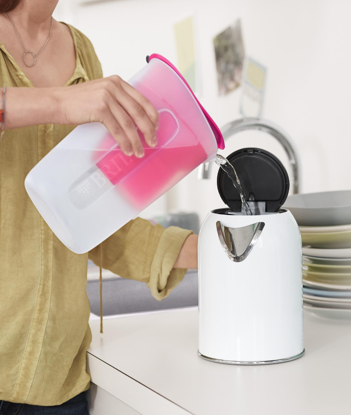 BRITA filters&cartridges MAXTRA+ Limescale pouring