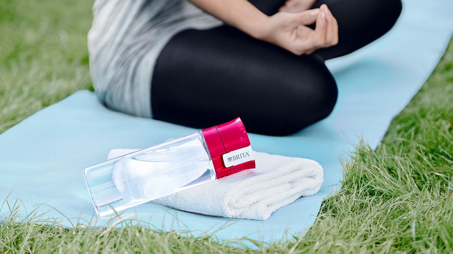 BRITA fill&go Vital 粉紅色 公園 女人 瑜珈