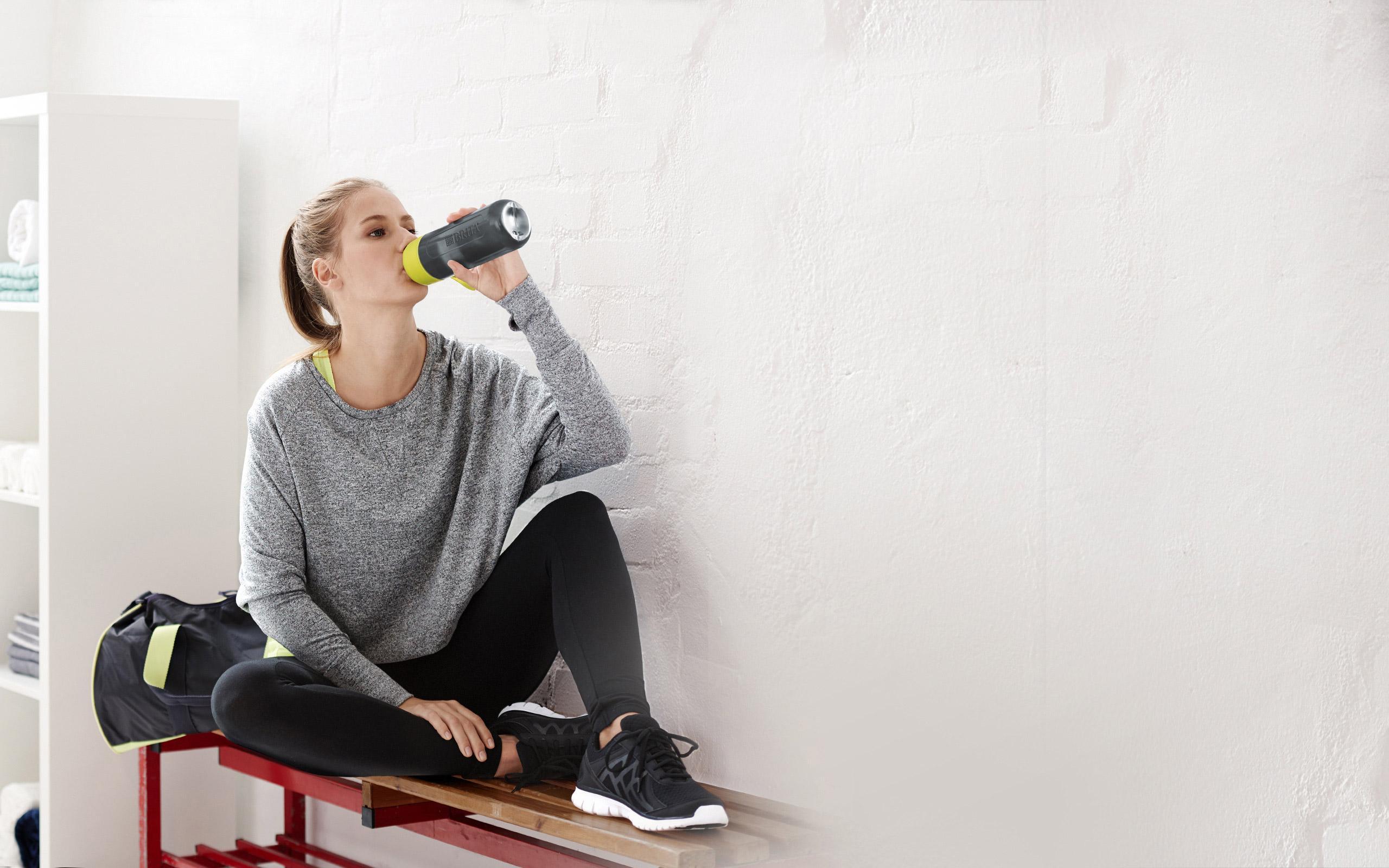 BRITA fill&go Active lime: Fitness Frau trinken