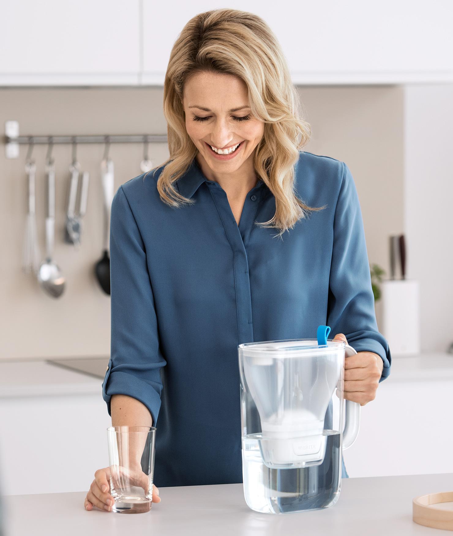 BRITA fill&enjoy Style: Paar steht in Küche