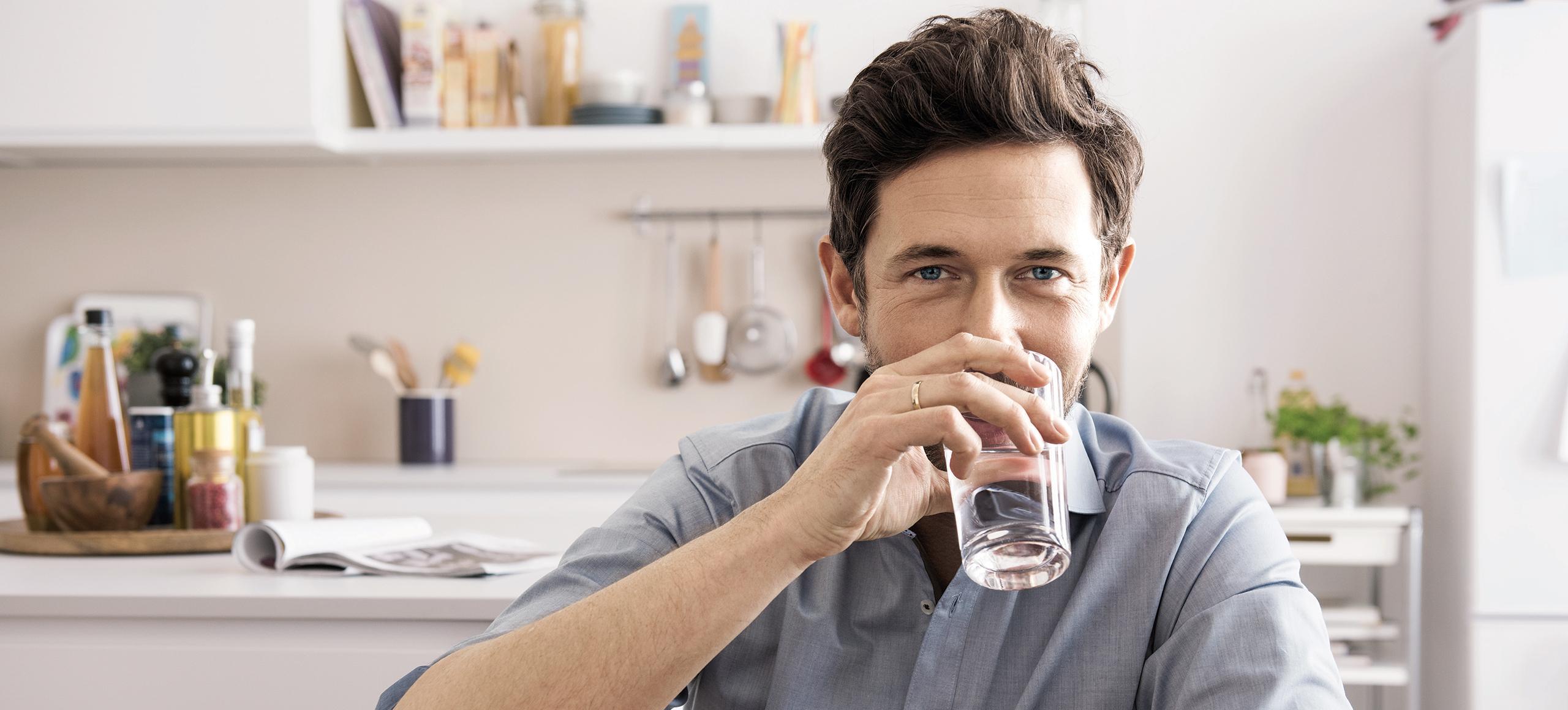 Mann, der gefiltertes Wasser trinkt