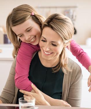 Matka s dcerou v dobré náladě v kuchyni.