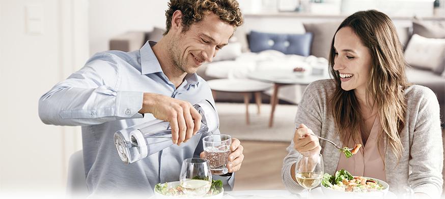 正進晚餐的情侶使用fill&serve 時尚濾水瓶倒水
