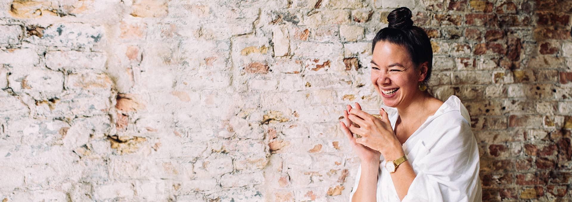 Kiona Malinka geniet van thee