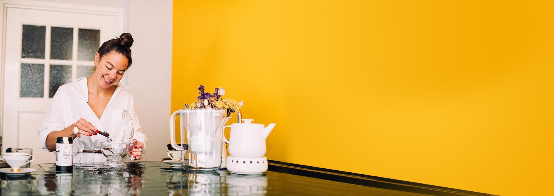 Kiona Malinka bereidt thee